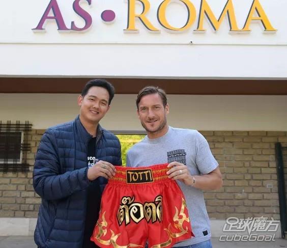 """日前,罗马队长托蒂收到了来自泰国球迷赠送的一份特殊礼物:一条印有""""Totti""""名字的红色泰拳短裤。"""