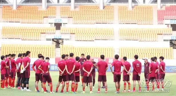 北京时间6月13日晚,中国男足U22与乌兹别克U22的热身赛就将打响,目前两支球队已经公布了本场比赛的首发阵容。中国队方面,韦世豪领衔首发。